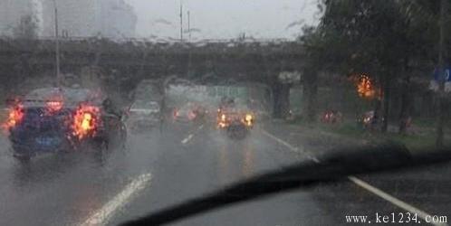 下雨天到底要不要开双闪?