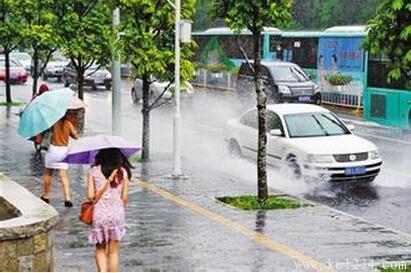 我国将正式进入主汛期 雨天驾车切勿太快