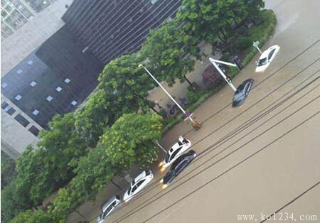 暴雨天驾车遭遇内涝怎么办?