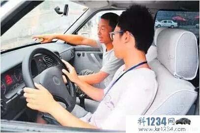 驾校学车,怎样才能不被教练骂?秘诀很简单!